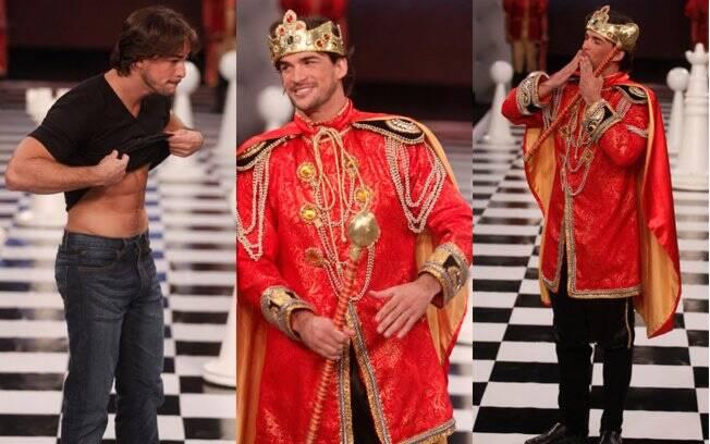 Rodrigo exibiu a barriga sarada e desfilou vestido de rei
