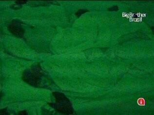 Última noite: Casal divide cama, no Quarto Jujuba