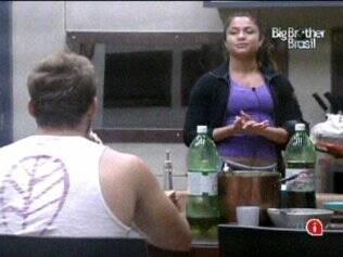 Maria e Wesley ficaram sozinhos na cozinha depois do almoço