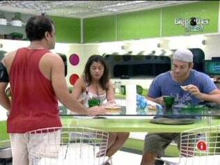 O trio se reúne na cozinha