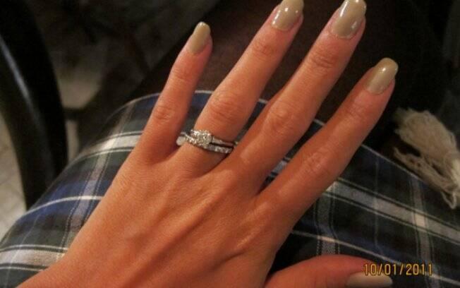 A imagem que Lily postou no blog: aliança de noivado ou de casamento?