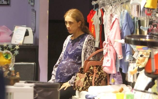 Betty Gofman: sentada ele escolhe presentes em uma loja de bebês