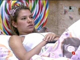 Adriana conversa com Natália