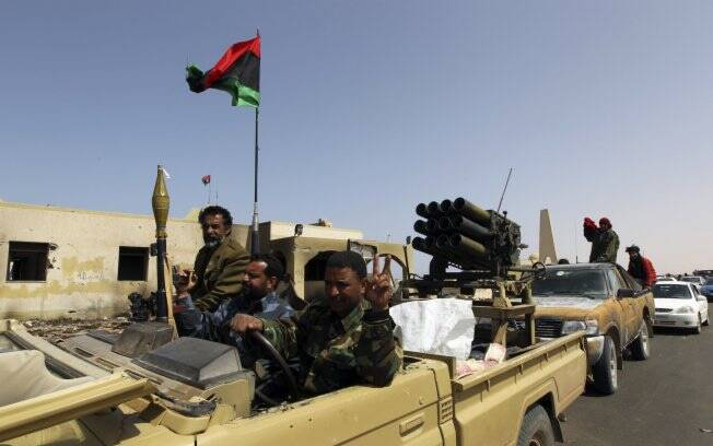 Rebeldes comemoram a retomada de Ras Lanuf, a 525 km da capital Trípoli (27/03). Foto: Reuters