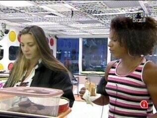 Michelly conversa com Janaina na cozinha