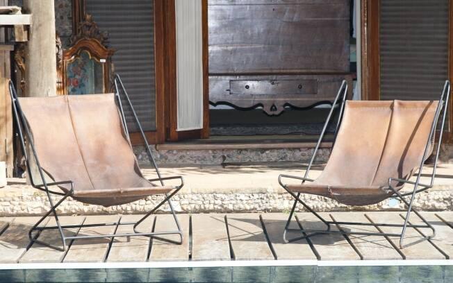 As cadeiras que hoje ocupam a beira da piscina da Casa Cirell têm design de Lina Bo Bardi