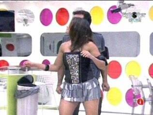 Antes da festa, Daniel e Maria dançam na sala