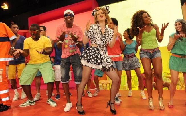 Leandra Leal dança com o grupo Molejo no programa