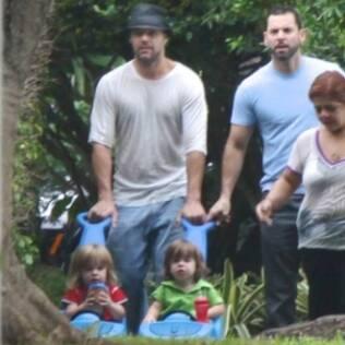 Rick Martin com os filhos gêmeos Valentino e Matteo
