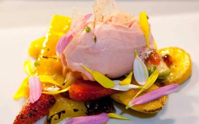 Salada de frutas grelhadas, da chef Bel Coelho - restaurante Dui (SP)