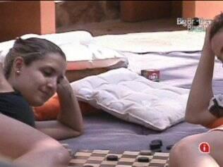 Natália e Diana jogam damas