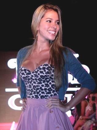 Adriana desfila para grife carioca