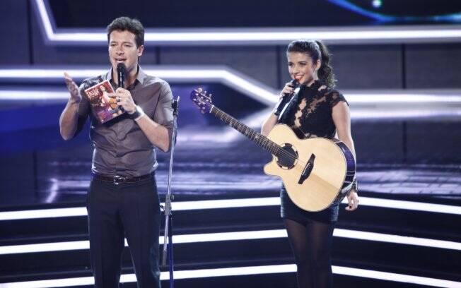 O apresentador do programa, Rodrigo Faro, recebe a cantora Paula Fernandes no palco