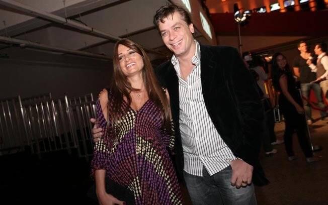 Karina Tavares, grávida de oito meses, foi ver o marido Fábio Assunção desfilar para Ricardo Almeida