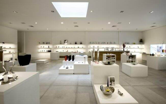 Instalada em um amplo galpão com cara de showroom, a Scandinavia Designs tem seus espaços delimitados pelas próprias peças