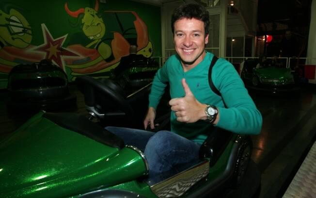 Rodrigo Faro se aventura no carrinho bate bate, durante festa infantil, em São Paulo.