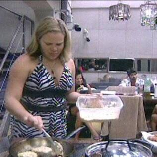 A estudante comanda o fogão