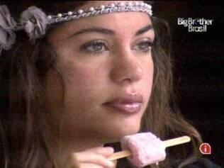 Maria se delicia com sorvete de morango