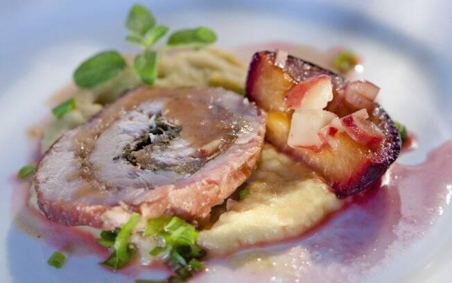 Lombo de porco recheado com pinhão e acompanhado de purê de batata doce e ameixa assada