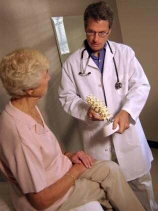 No médico: prevenção exige exames de rotina mais cedo