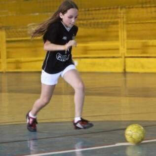 Marina pratica chutes a gol para fortalecer os joelhos. Família desconhecia diferenças nas articulações de meninos e meninas