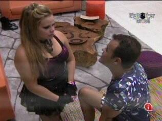 Daniel e Paulinha conversam na sala
