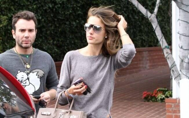 Alessandra Ambrosio saindo do restaurante
