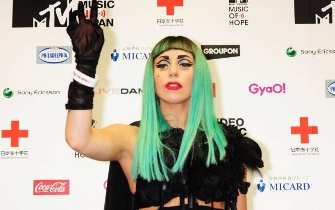 Lady Gaga com a pulseira na coletiva em que anunciou que antecedeu o show beneficente: suspeita de fraude