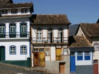 Casas caiadas com arquitetura colonial são uma constante na cidade mineira