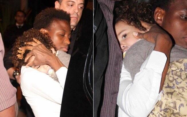 Maria Sophia, filha mais velha de Ronaldo e Bia Antony, deixa a festa protegida pela babá e seguranças