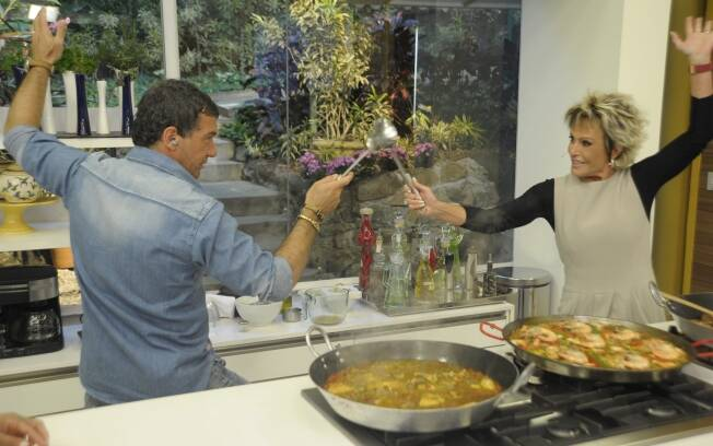 Antonio Banderas ensina Ana Maria Braga a fazer Paella Californiana