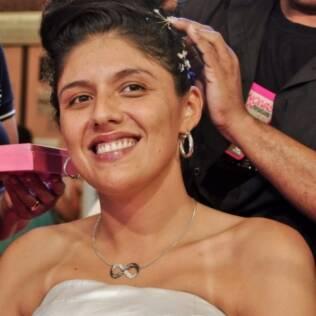 Silvana tem seu cabelo arrumado para ficar com mais cara de noiva