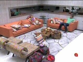 Amenidades: Paulinha e Wesley conversam na sala, enquanto esperam pelo primeiro contato de Pedro Bial