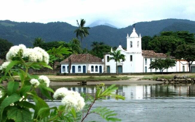 Quem chega à Paraty pelo mar é recebido pela visão da igreja Nossa Senhora das Dores
