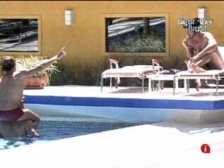 Brothers cantam na piscina