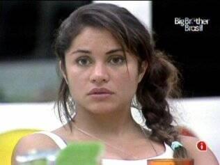 Maria ouve atentamente o que Jaqueline pensa sobre a formação do próximo Paredão