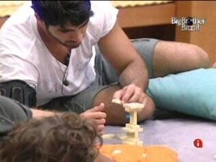 Rodrigão e Mau Mau fazem pirâmide com o dominó
