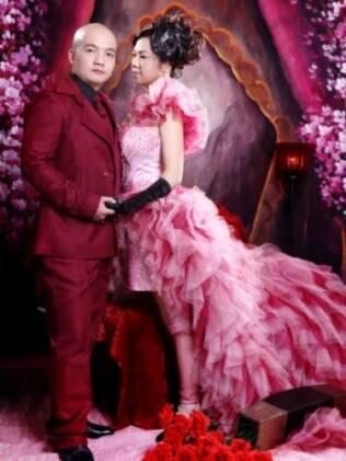 Foto de álbum de casamento chinês: noivos investem em produção de visual exagerado