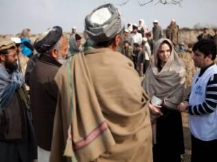 Angelina Jolie se encontra com anciões na vila de Qala District, no Afeganistão, onde vai fundar uma escola para meninas
