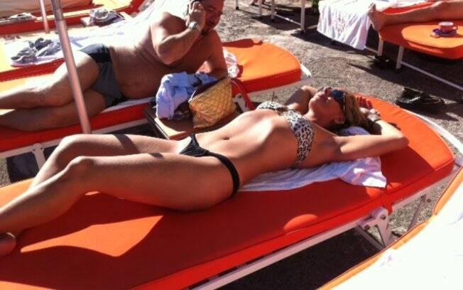 Adriane Galisteu retoca o bronze