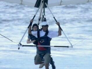 Jesse Eisenberg voa de asa-delta no Rio