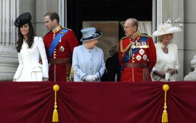 Evento contou com a presença do mais novo casal da família real, William e Kate (E), além de príncipe Charles e Camila