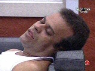 Daniel dorme no sofá do Quarto do Líder