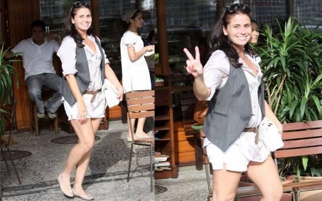 A mamãe Giovanna Antonelli almoçou com uma amiga de shorts, camisa larguinha e colete. Perfeito para o calor do Rio de Janeiro