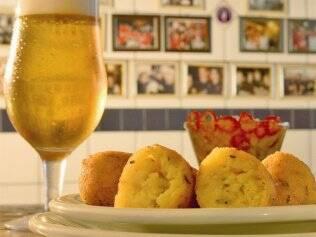 No Bar do Luiz Fernandes, a receita portuguesa é abrasileirada com farinha de milho