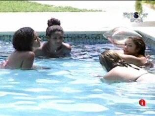 Papo entre mulheres na piscina