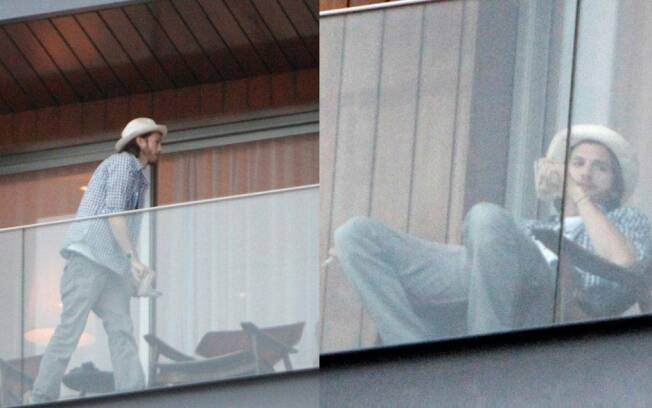 Ashton Kutcher relaxa na varanda do hotel