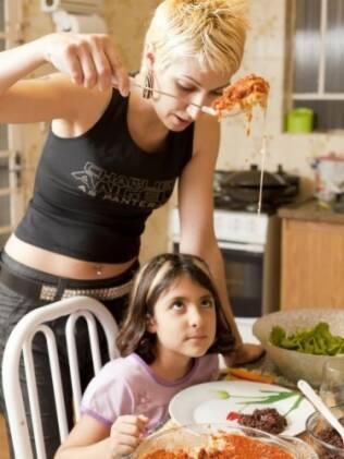 Karol serve a filha mais velha: ela faz questão de cozinhar para a família