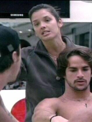Rodrigo, Igor e Talula discutem na cozinha