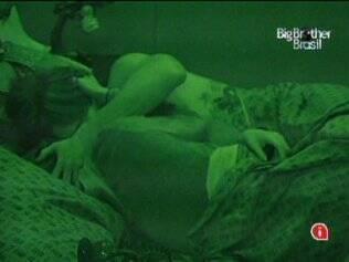 Clima quente sob o edredon: Rodrigo e Talula se beijam